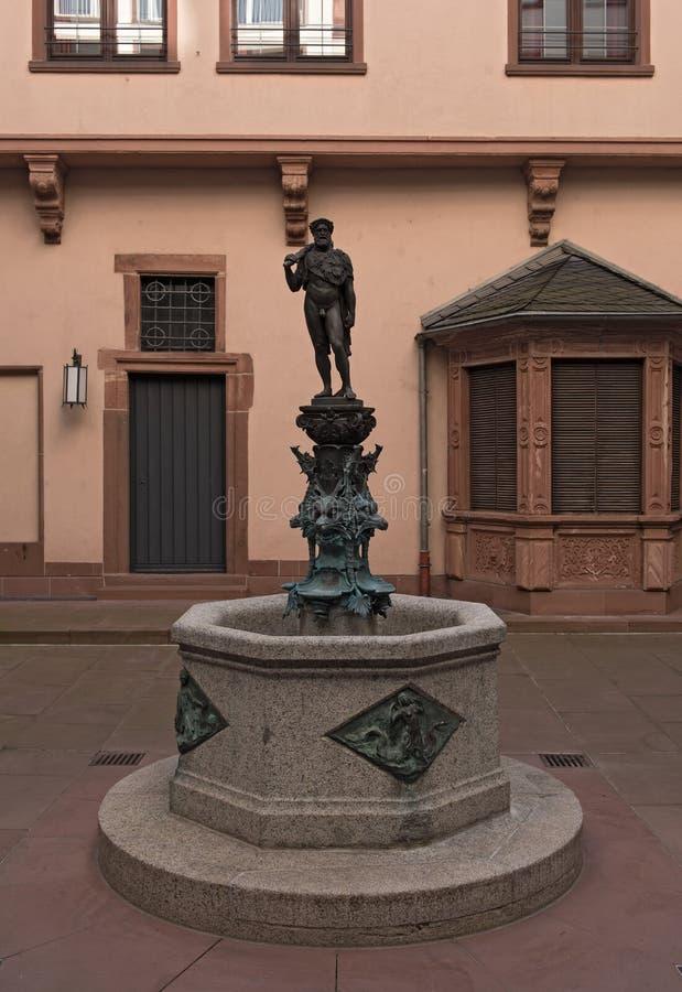 Hercules-fontein in de binnenplaats van het stadhuis Roemer, Frankfurt stock fotografie