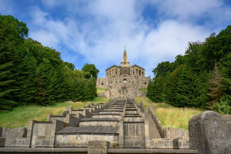 Hercules-monument en cascades, Wilhelmshoehe Mountainpark, Bergpark, Kasteelpark, Duitsland royalty-vrije stock afbeelding