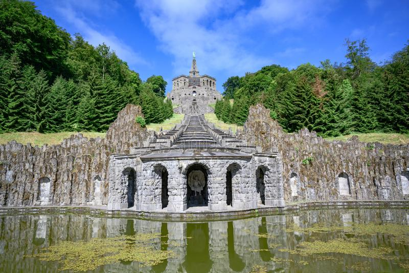 Hercules-monument en eind van cascades, Wilhelmshoehe Mountainpark, Bergpark, Kasteelpark, Duitsland royalty-vrije stock foto's