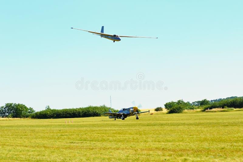 Herdenkingsairshow Zweefvliegtuig l-13 spatie landt op gebiedsluchthaven Vliegtuigen met het draaien van propellerblaasbalg royalty-vrije stock foto's