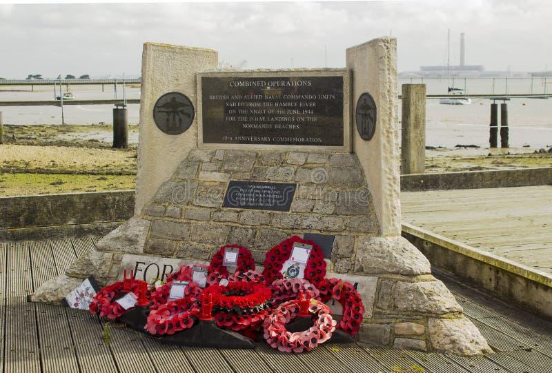 Herdenkingsdiekronen bij het de Landingsgedenkteken van Normandië in Warsash in Hampshire Engeland wordt opgericht dat een vertre royalty-vrije stock afbeeldingen