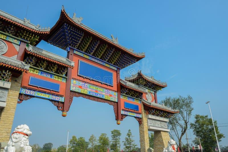 Herdenkingsoverwelfde galerij in blauwe hemel stock foto