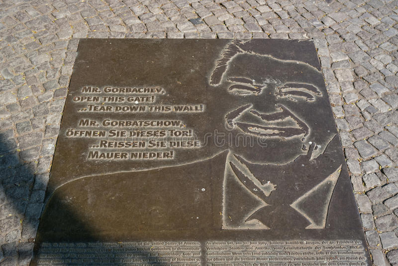 Herdenkingsplaat in plaats van Berlin Wall met een fragment van de tekst van de V.S. President Ronald Reagan royalty-vrije stock afbeeldingen