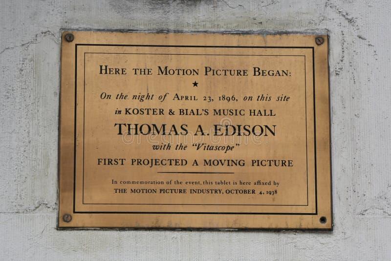 Herdenkingsplaque in herdenking van eerst ontworpen bewegend beeld door Thomas Edison in Macy ` s Herald Square op Broadway royalty-vrije stock afbeeldingen