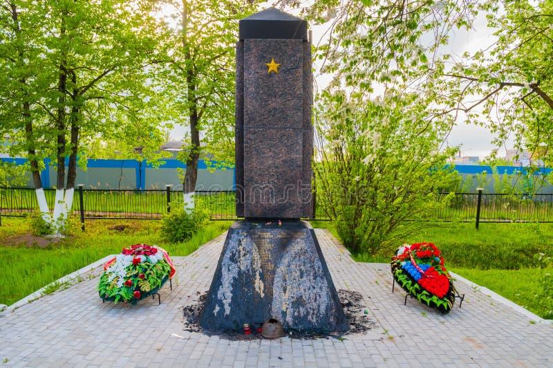 Herdenkingsstele bij de herdenkings militaire begraafplaats van Kolmovo Veliky Novgorod, Rusland royalty-vrije stock afbeeldingen