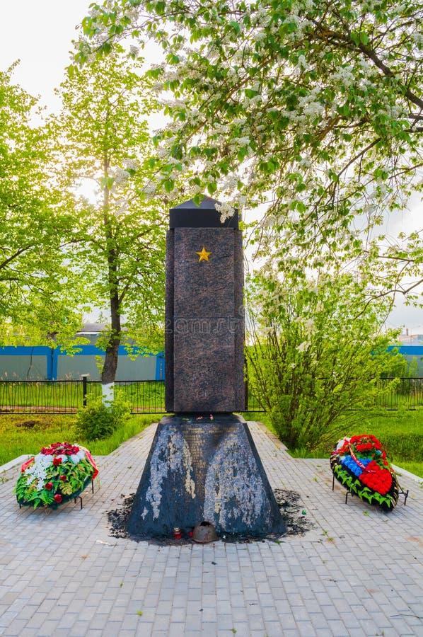 Herdenkingsstele bij de herdenkings militaire begraafplaats van Kolmovo Veliky Novgorod, Rusland royalty-vrije stock foto's