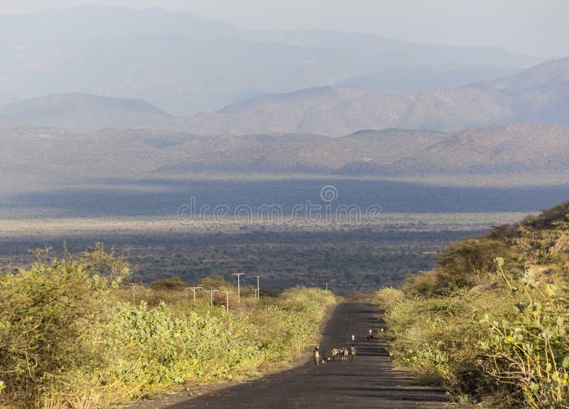 Herders på huvudvägen i aftonen Omo dal ethiopia arkivfoton