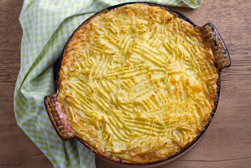 Herderspastei - populaire schotel in Ierland Rundvleesvlees, fijngestampte aardappel, kaas, wortel, ui en groene erwtenbraadpan i royalty-vrije stock afbeeldingen
