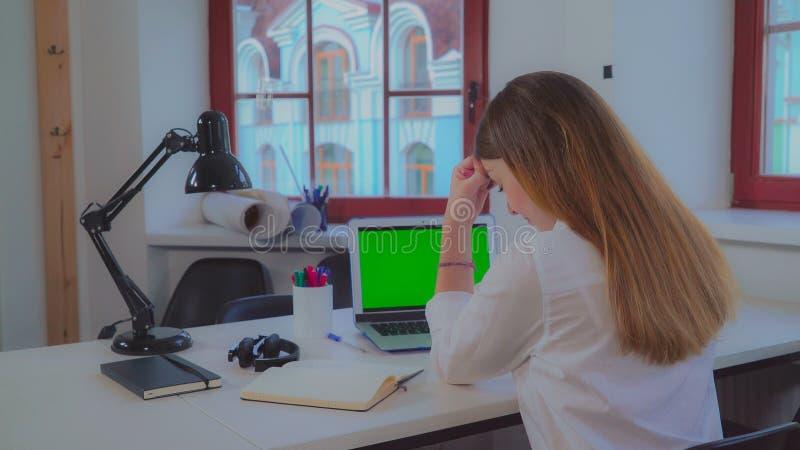 Hereinkommende Daten der Geschäftsfrau bezüglich des Laptops stockfoto