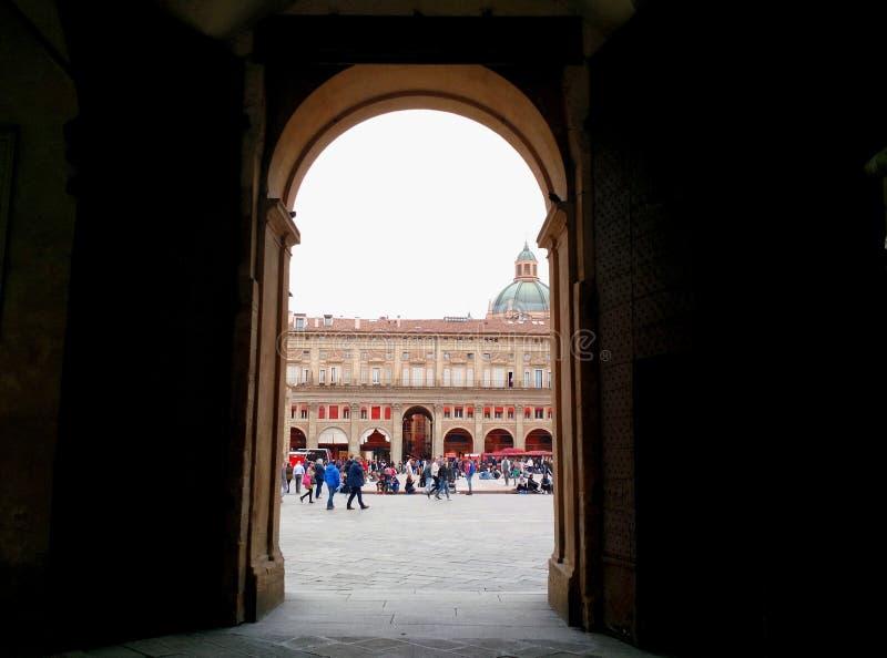 Hereinkommender Marktplatz Maggiore, Bologna, Italien lizenzfreie stockfotografie