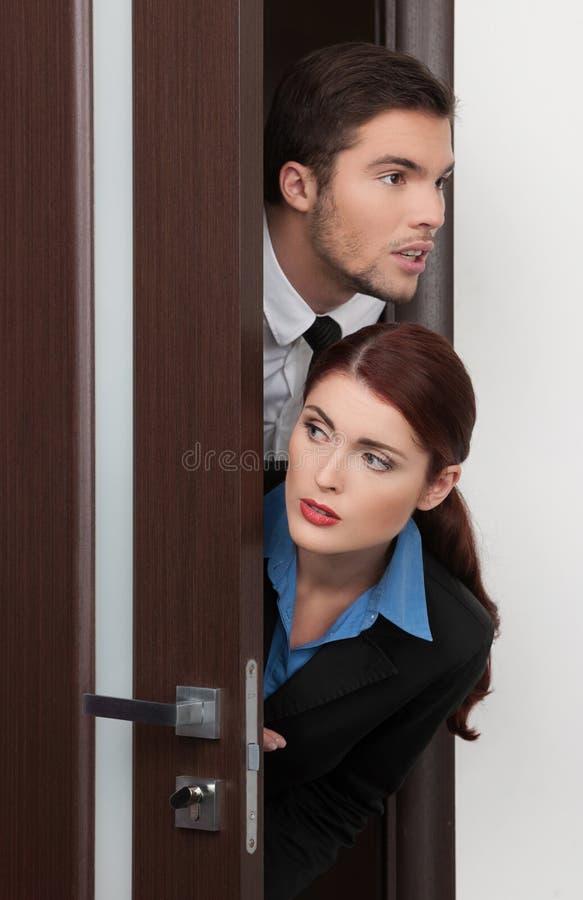 Hereinkommender Raum der schönen jungen Paare. stockfotografie