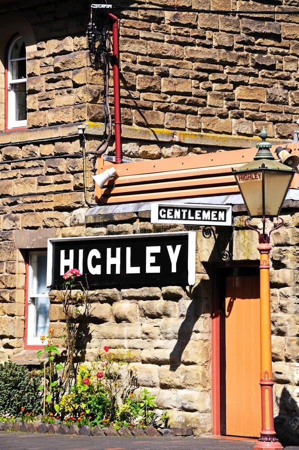Heren en Highley-teken bij de postbouw stock afbeeldingen