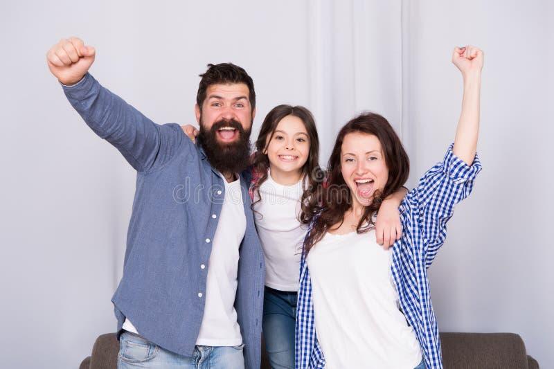 Herenigd en het voelt zo goed Vader, moeder en gelukkig kind thuis Familiedag Gelukkige Familie Het meisje houdt van haar stock afbeeldingen