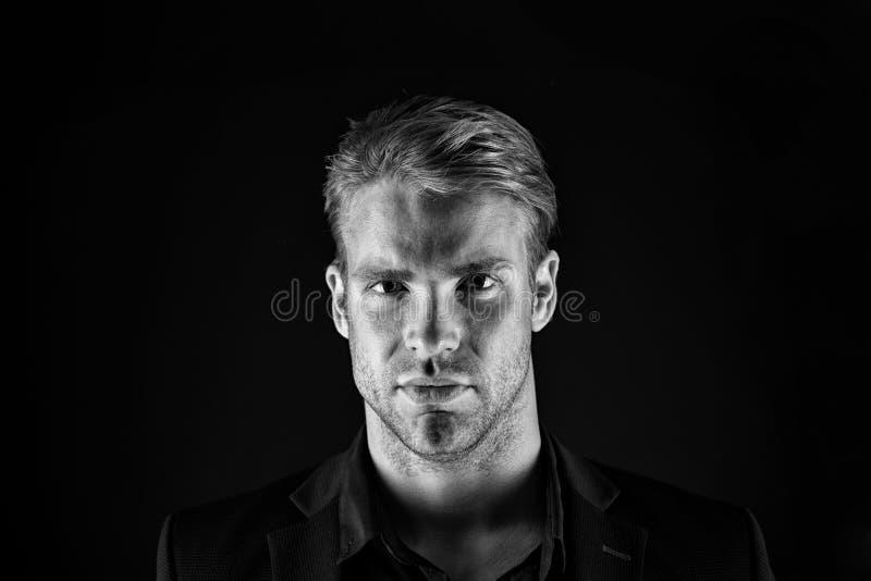 Herenkapper en mannelijke schoonheid Gezicht van de mens met varkenshaar Knappe zakenman in formele slijtage Plenaire leiding bin royalty-vrije stock fotografie