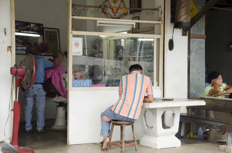 Herenkapper of Haaropmaker scherp haar van klant in lokale B stock foto's