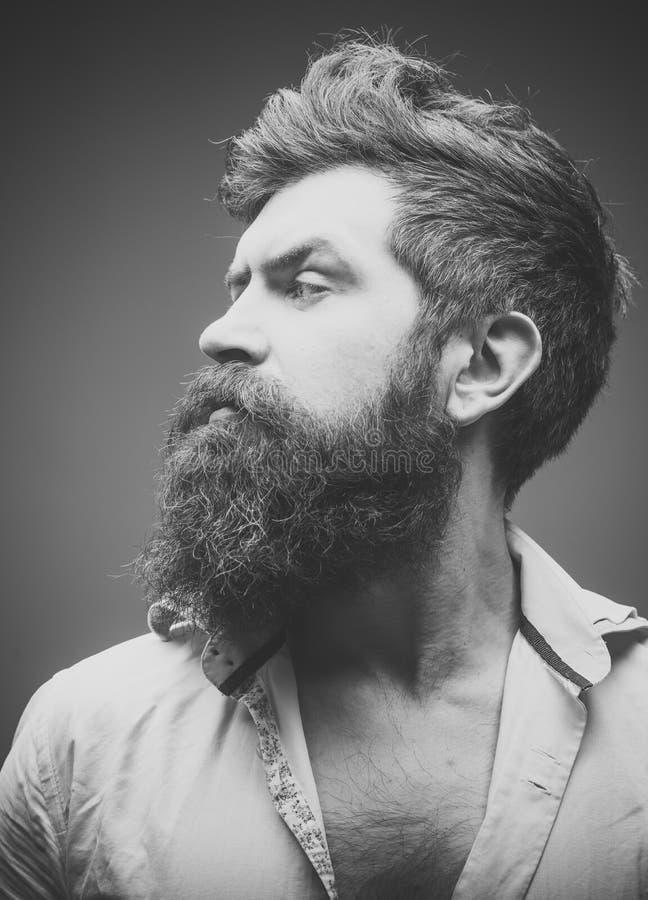 Herenkapper of kapperconcept Mens met lange baard, snor en modieus haar, lichte achtergrond Kerel met modern royalty-vrije stock afbeelding