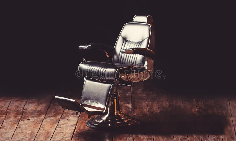Herenkapperleunstoel, moderne kapper en haarsalon, kapperswinkel voor mensen Baard, gebaarde mens Modieuze uitstekende kapper stock afbeelding