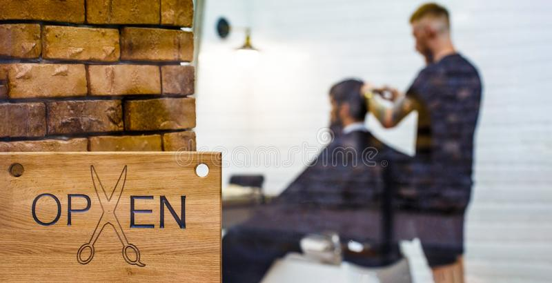 Herenkappersalon Open barderwinkel Kapper of kapper Mensen bezoekende herenkapper in kapperswinkel Mens met binnen baard stock foto