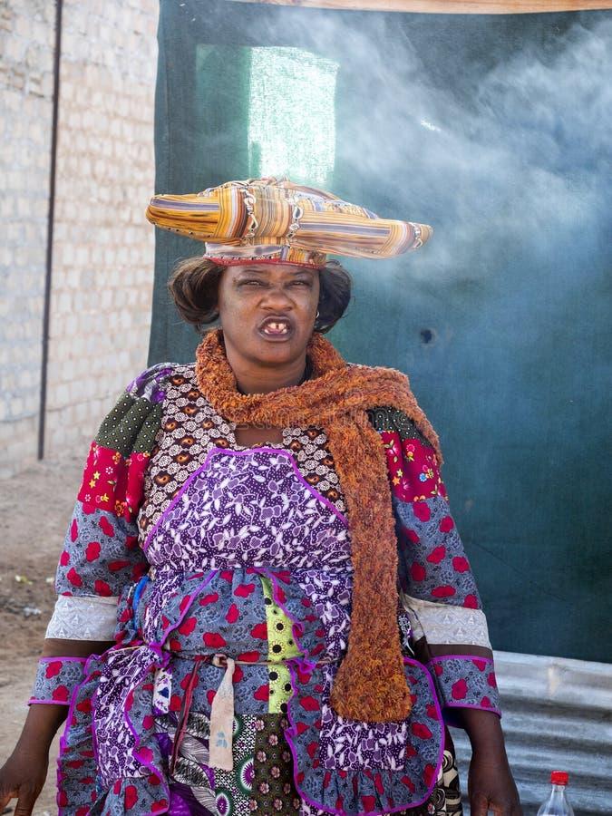 Herero femelle de tribu, Opuwo, Namibie du nord image stock