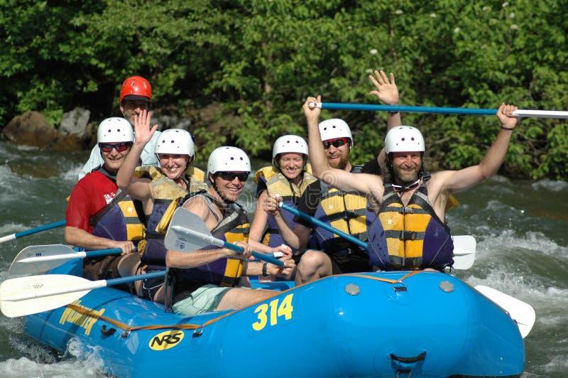 Heres die u bekijken die met vrienden rafting stock foto