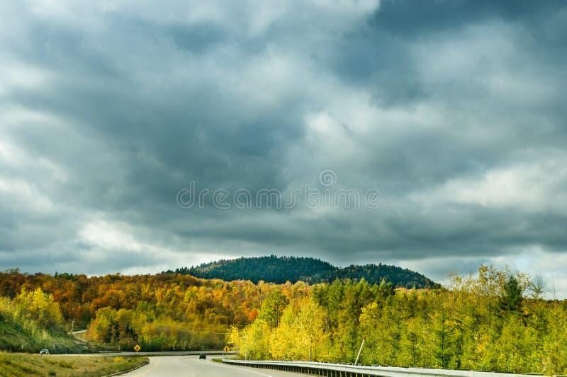 Herfst kleurrijke eindeloze weg royalty-vrije stock afbeeldingen