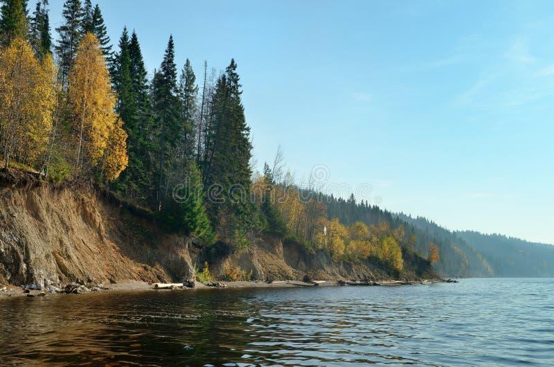 Herfst van de de heuvelsrivier van de hemel de bosweide, daling stock afbeeldingen