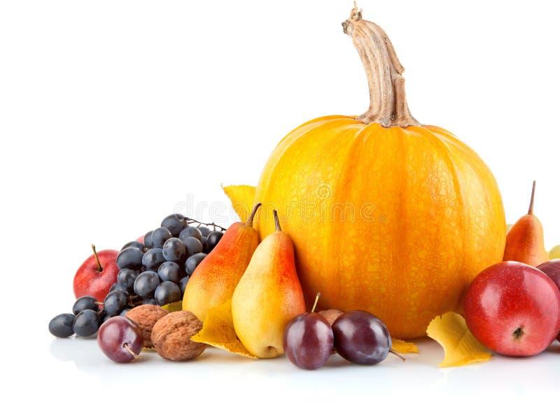 Herfst vruchten met gele bladeren stock foto's