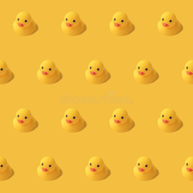 Herhaalbaar patroon van gele rubbereend op gele Moderne stijl als achtergrond Creatieve fotografie vector illustratie