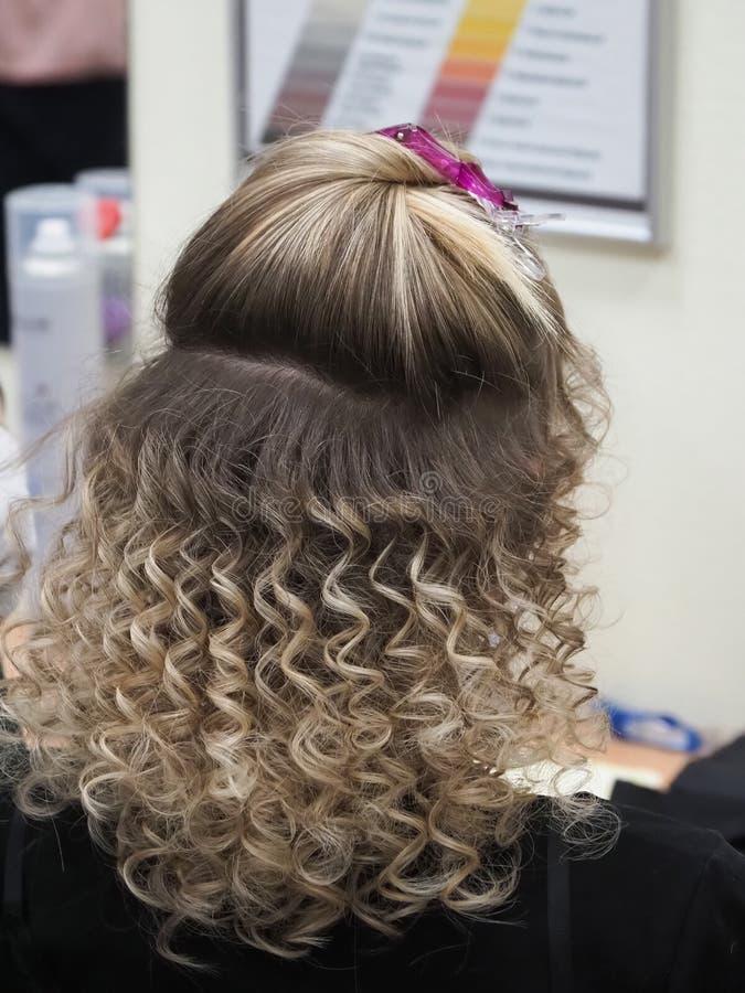 Herida del pelo en el Styler Pelo con los rizos encrespados imagenes de archivo
