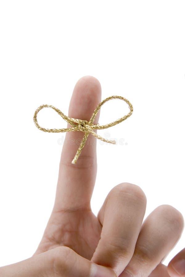 Herinner concept, vinger met gouden band royalty-vrije stock afbeeldingen