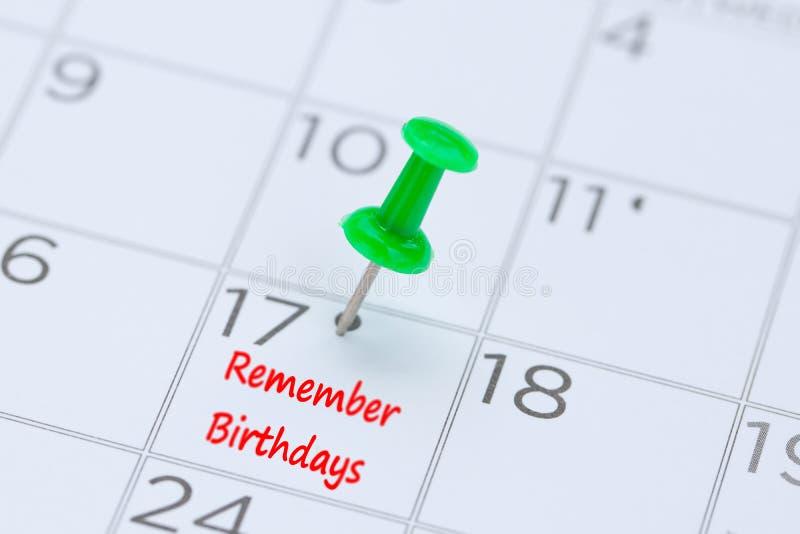 Herinner Verjaardagen op een kalender met een groene duwspeld die worden geschreven royalty-vrije stock fotografie