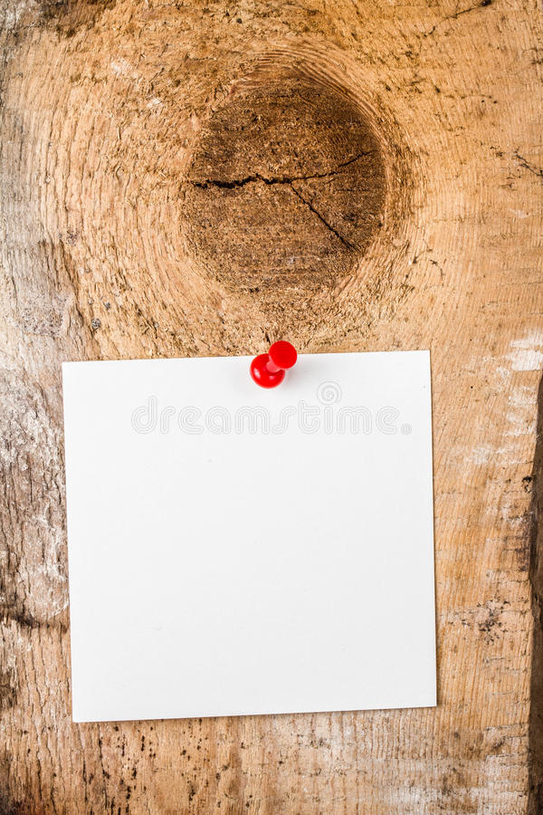 Herinnering van de Witboek de kleverige nota met rode Duwspeld op houten oud royalty-vrije stock foto's