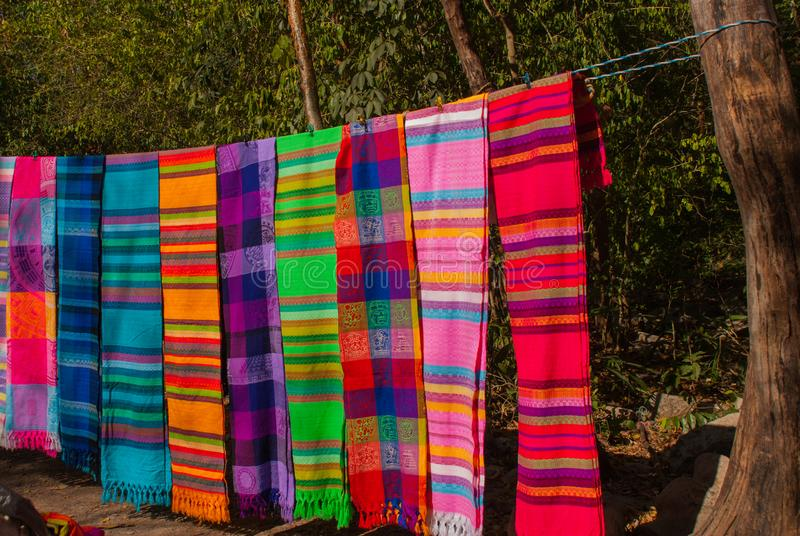 Herinneringen op de markt Multi-colored kleren Nationale kleren van Mexico Multicolored textiel die representatief voor lat zijn royalty-vrije stock fotografie
