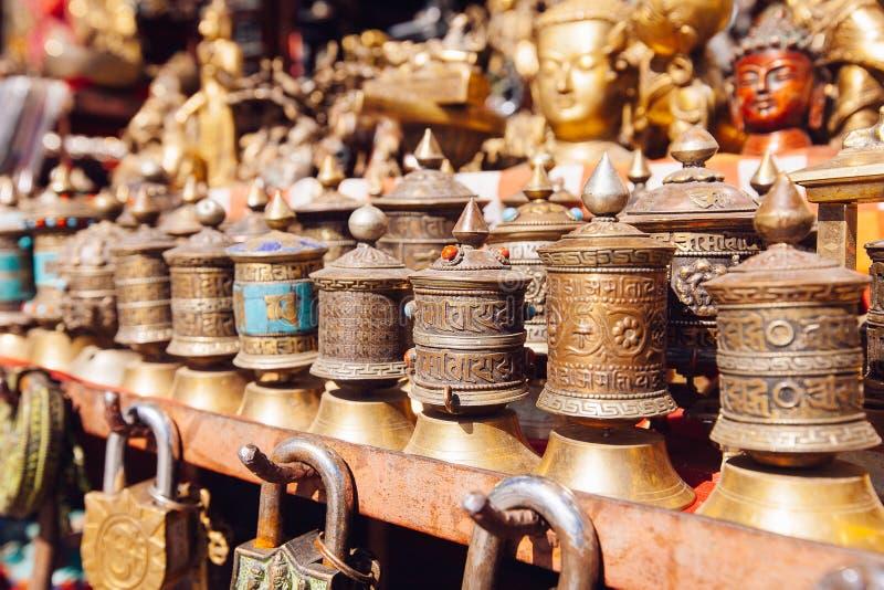 Herinneringen op een markt, Katmandu, Nepal worden aangeboden dat stock foto