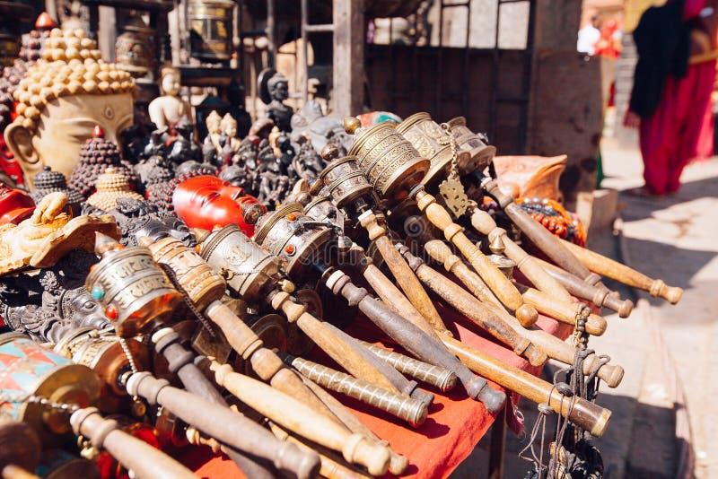 Herinneringen op een markt, Katmandu, Nepal worden aangeboden dat stock fotografie