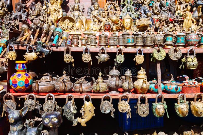 Herinneringen op een markt, Katmandu, Nepal worden aangeboden dat royalty-vrije stock foto