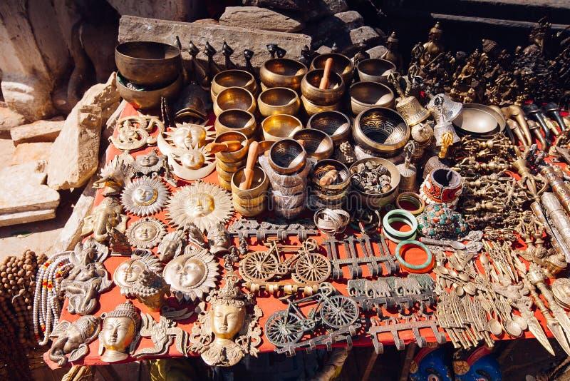 Herinneringen op een markt, Katmandu, Nepal worden aangeboden dat stock foto's