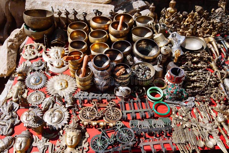 Herinneringen op een markt, Katmandu, Nepal worden aangeboden dat royalty-vrije stock foto's