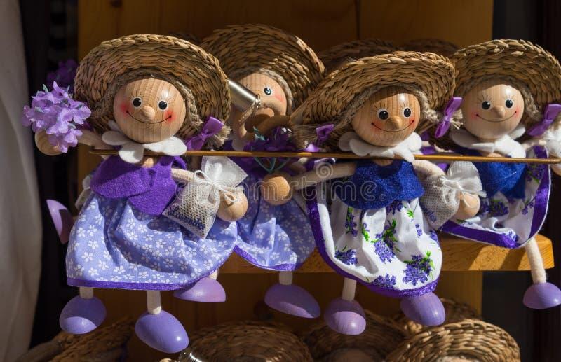 Herinneringspoppen met lavendel voor verkoop bij lokale markt in Kroatië royalty-vrije stock fotografie