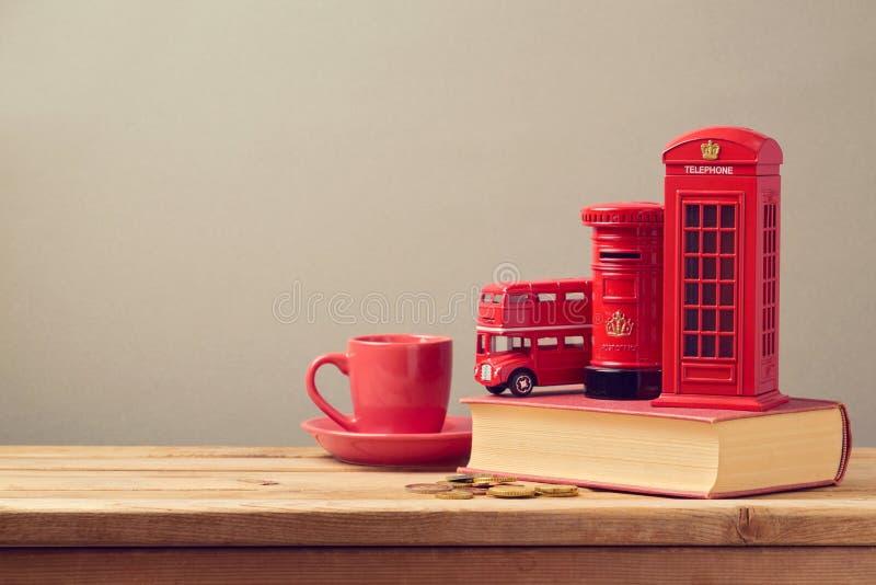 Herinneringsspaarpot van reis aan Londen, Groot-Brittannië op boek royalty-vrije stock afbeelding