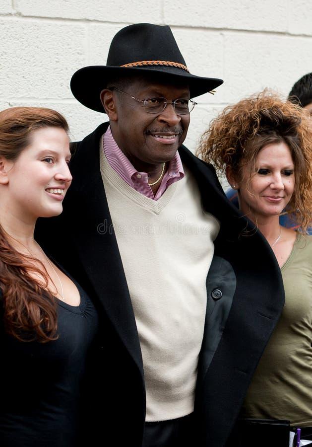 Herman Cain que presenta con el personal fotos de archivo