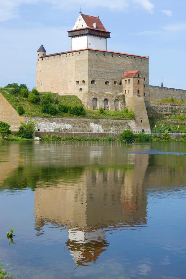 Herman Castle com uma reflexão em um dia ensolarado de agosto Narva Estónia foto de stock