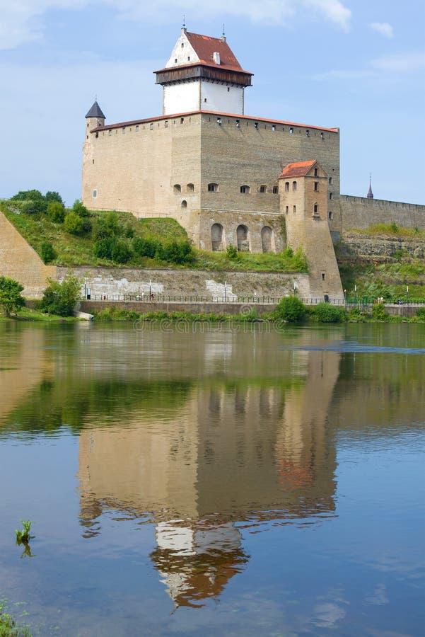 Herman Castle met een bezinning op een zonnige Augustus-dag Narva Estland stock foto