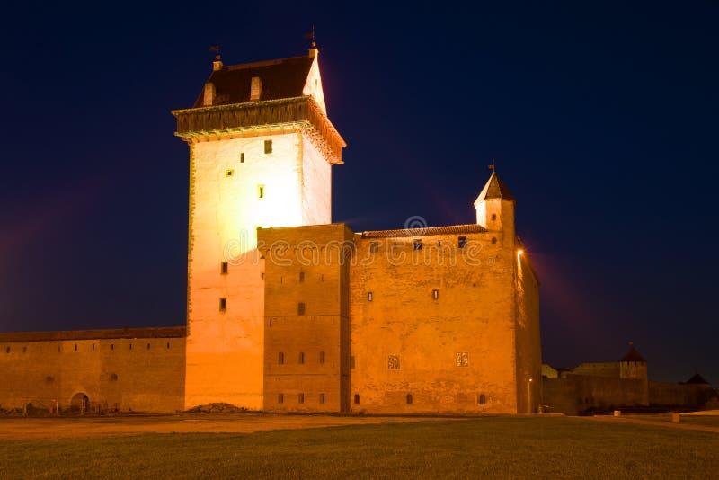 Herman Castle no close-up da iluminação da noite Narva, Estônia imagens de stock