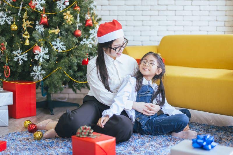 Hermana asiática que juega la bola con una hermana más joven en la casa, diversión feliz y sonriendo, día de fiesta de la Navidad foto de archivo libre de regalías