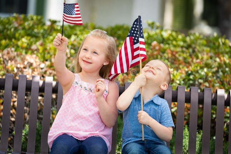 Hermana dulce y Brother Playing con las banderas americanas foto de archivo libre de regalías