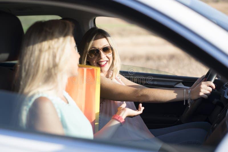 Hermana feliz dos en el coche feliz y la sonrisa fotografía de archivo libre de regalías