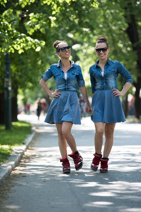Hermana gemela con las gafas de sol foto de archivo