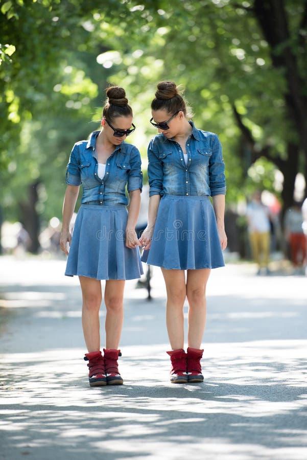 Hermana gemela con las gafas de sol fotos de archivo libres de regalías