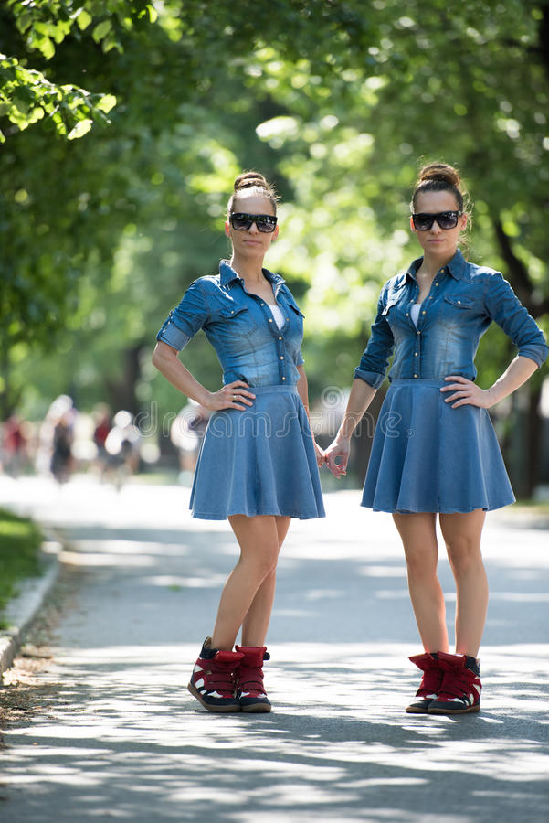 Hermana gemela con las gafas de sol imagenes de archivo